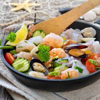 Gemischte Meeresfrchte und knackiges Gemse vor der Zubereitung in einer Pfanne -  Food combining, mixed seafood and fresh vegetables before cooking in a frying pan
